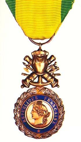 Militaire prévoit que : « la remise de la médaille militaire a lieu